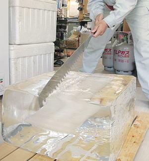 氷塊画像:冷蔵庫で固まった氷を簡単にバラバラ壊す裏ワザ