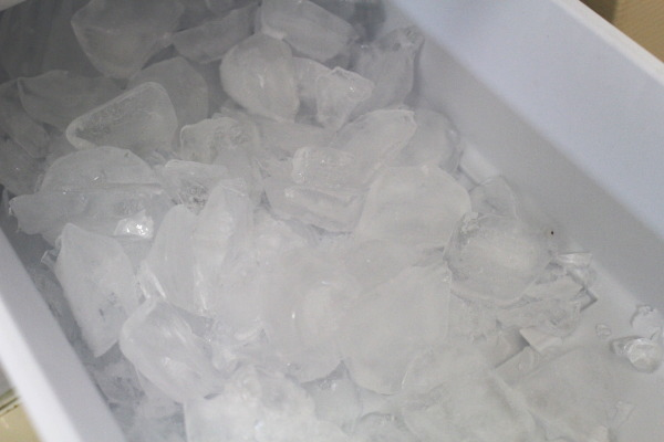 氷塊1冷蔵庫で固まった氷を簡単にバラバラ壊す裏ワザ