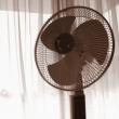 扇風機画像・寝苦しい夜には冷却ジェル枕&扇風機ですって