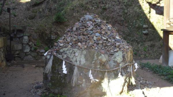 宇治上神社の石
