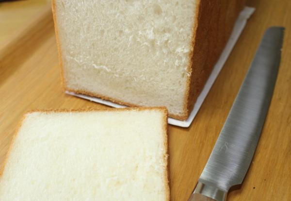 パン切り風景パンくずが出ない!?タダフサパン切り包丁をチリングスタイルで購入