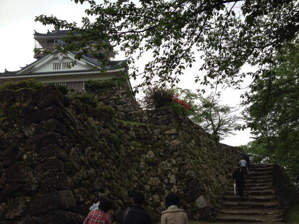 天守閣付近 福井観光:片道20分で程良いハイキングするなら越前大野城