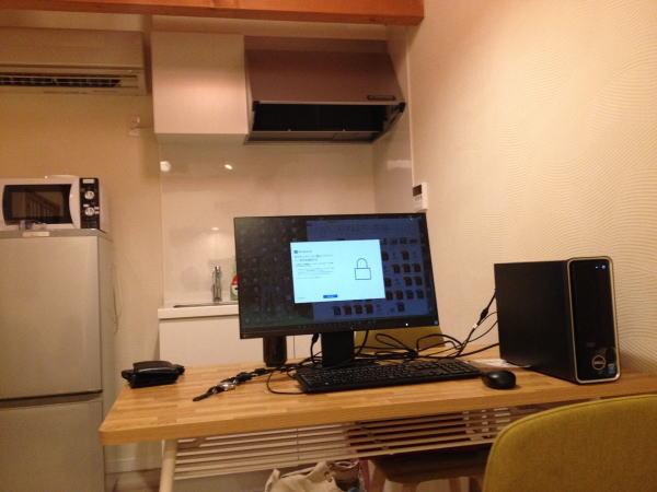 リビングにパソコン設置:京都で子供連れ一棟貸しホテルなら東寺ハウスがおすすめ!