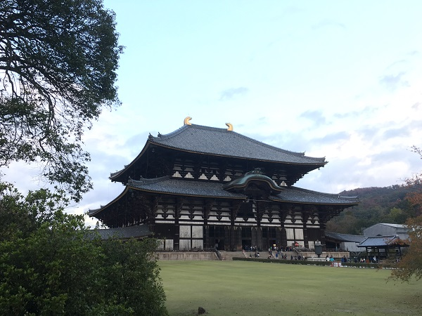 奈良世界遺産観光:東大寺で大仏をあがめる