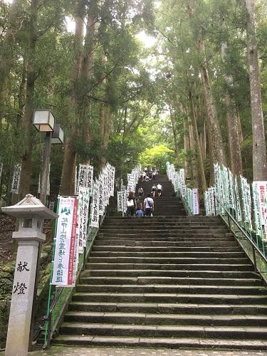 階段 熊野本宮大社行くなら河川敷の巨大無料駐車場がおすすめ