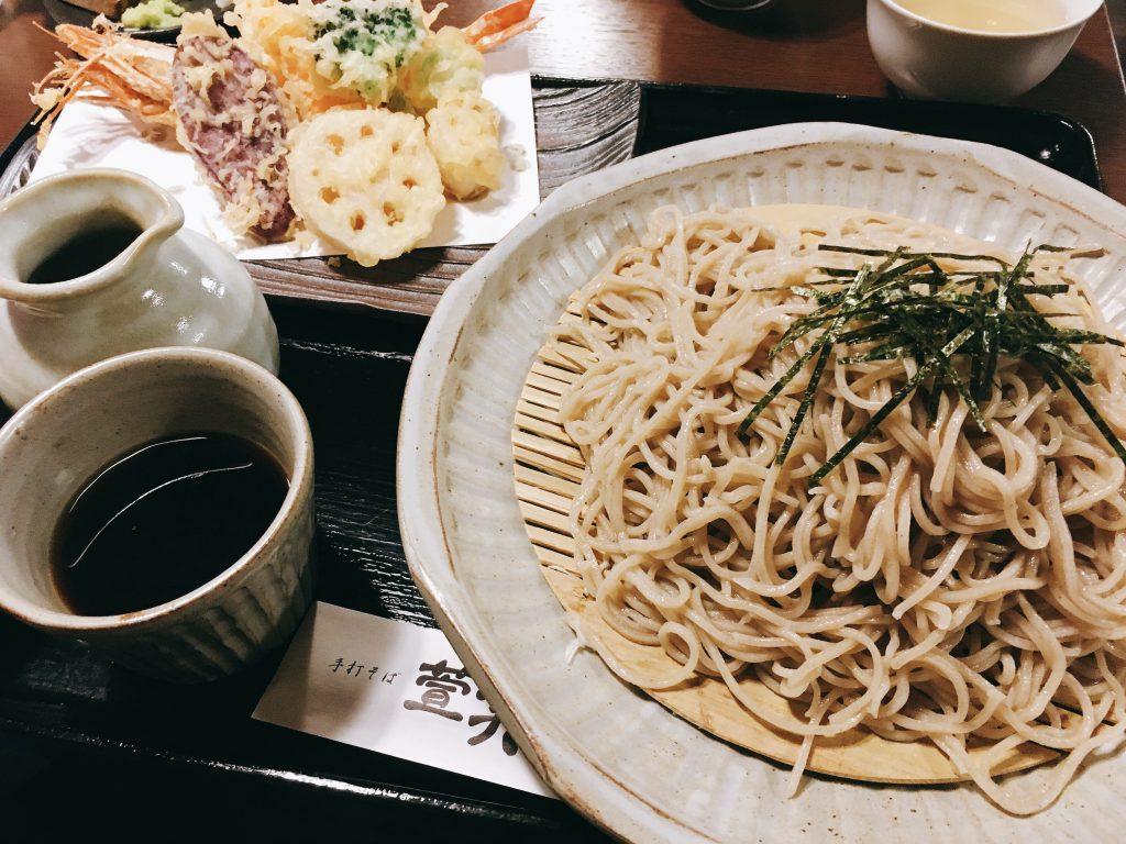 天ぷらそば わさびを鮫肌ですりおろして楽しむ。福光手打そば萱笑(かやしょう)