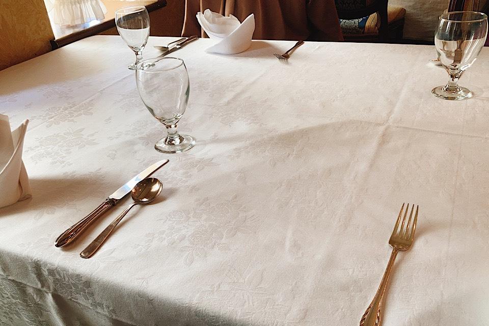 津 東洋軒 本店 ブラックカレー テーブル